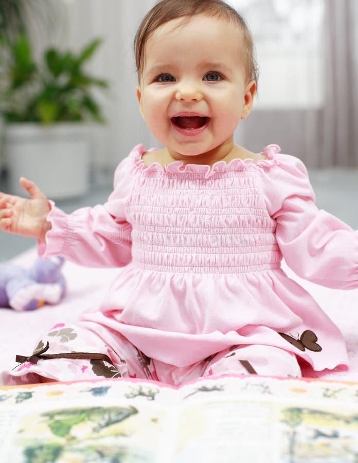 Leitura bonito do bebê fotografia de stock