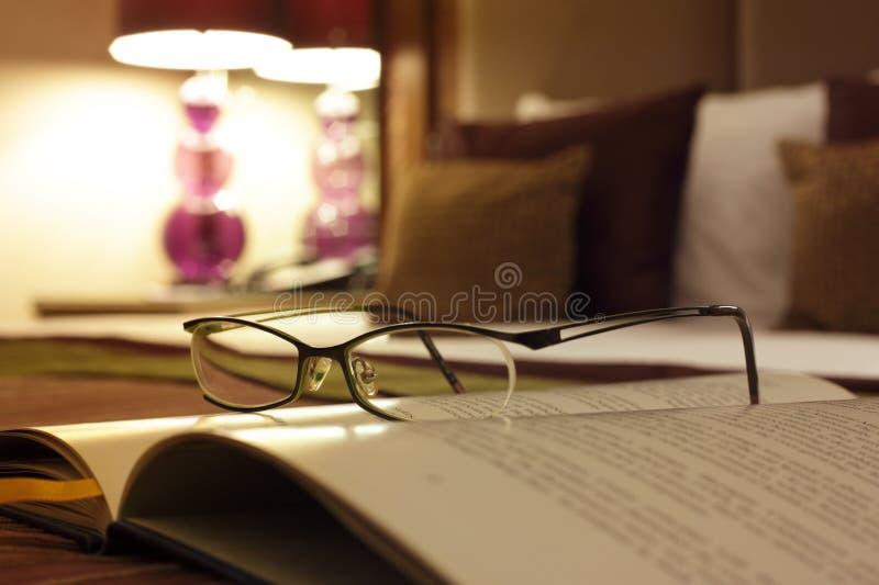 Leitura da cabeceira no quarto do hotel de luxo fotos de stock