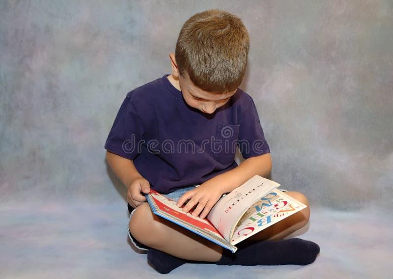 Leitura da criança imagens de stock