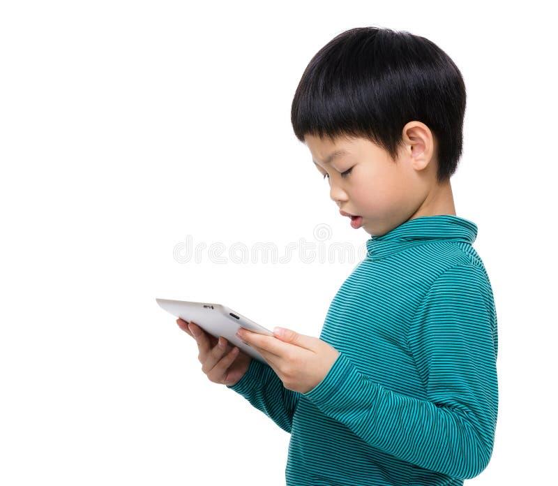 Leitura da criança de Ásia na tabuleta imagens de stock