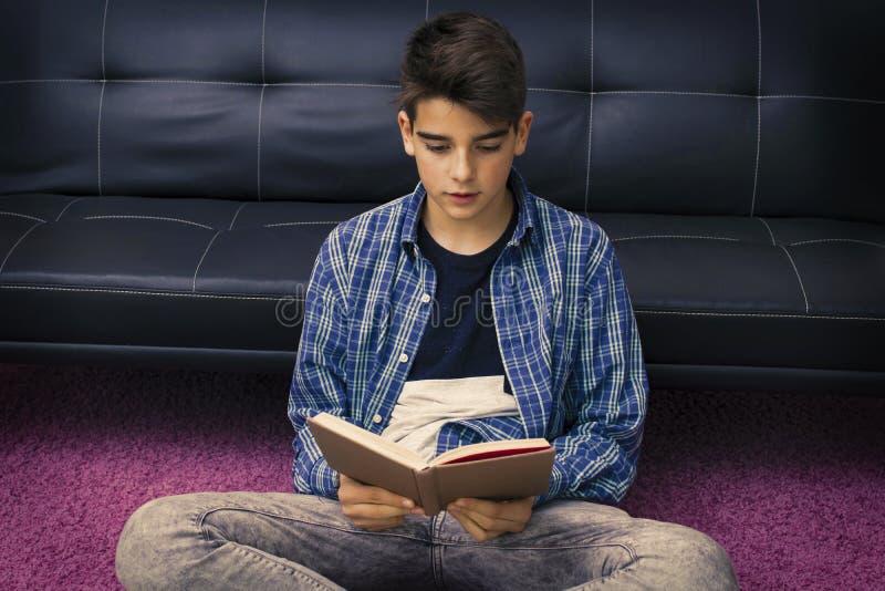 Leitura da criança ou estudo em casa imagem de stock royalty free