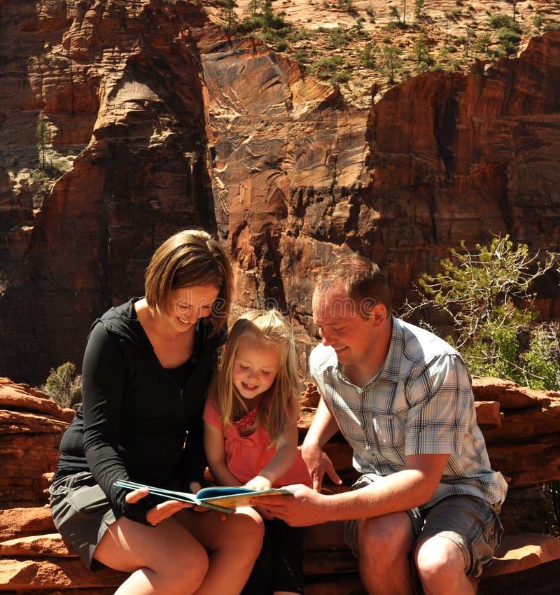 Leitura da família no parque nacional Utá de Zion imagem de stock