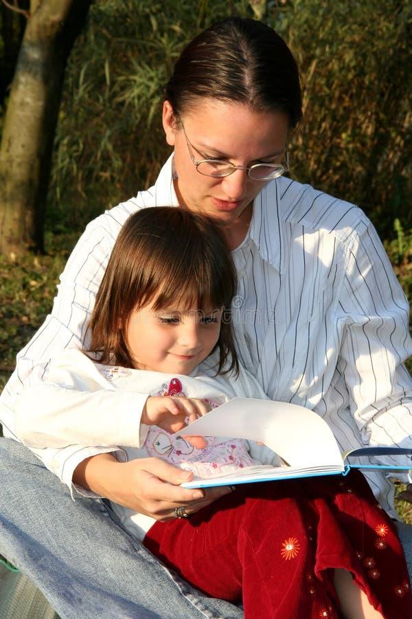 Leitura da matriz e da criança fotografia de stock