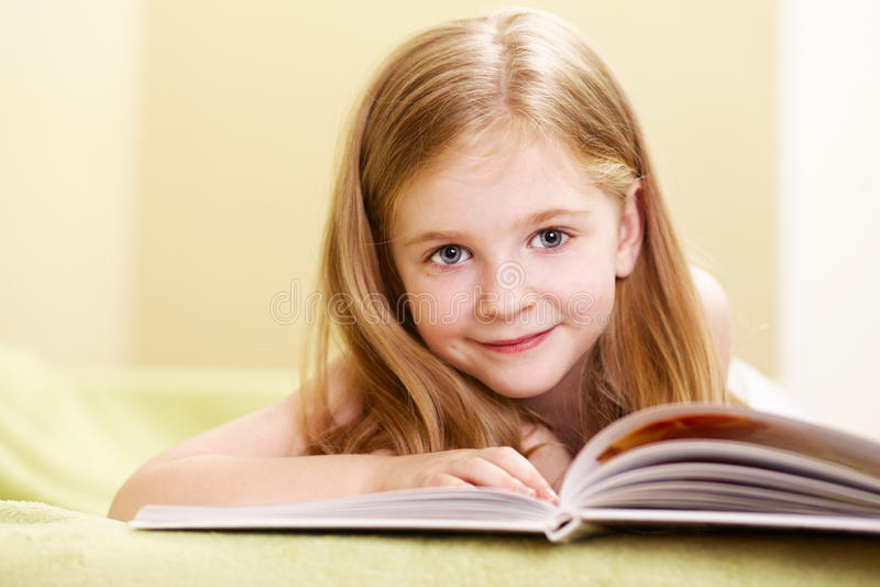 Leitura da menina imagens de stock royalty free