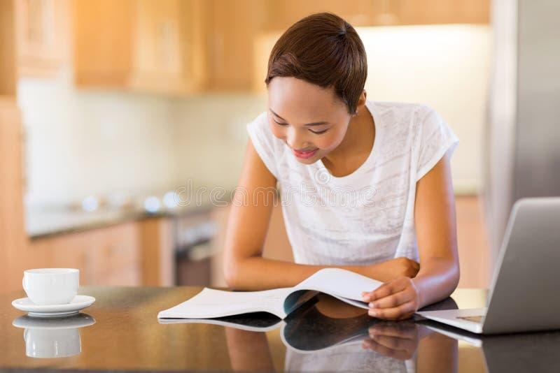 Leitura da menina em casa fotos de stock royalty free