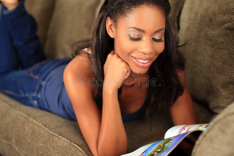 Leitura da mulher imagens de stock