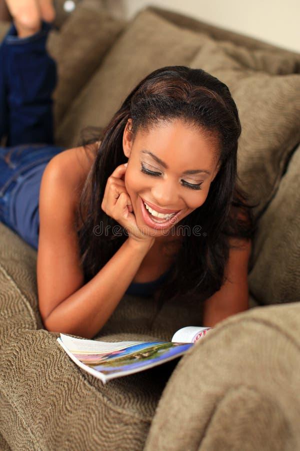Leitura da mulher fotos de stock royalty free