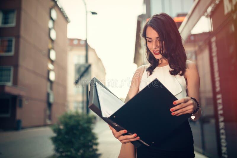 Leitura da mulher de negócios fora fotografia de stock royalty free