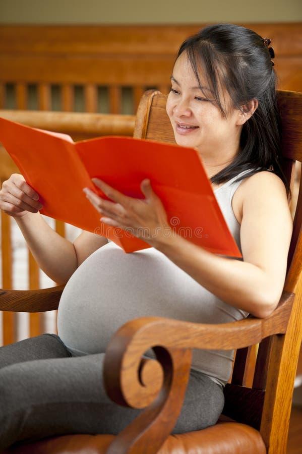 Leitura da mulher gravida fotografia de stock royalty free