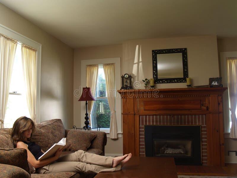 Leitura da mulher nova, relaxada fotografia de stock