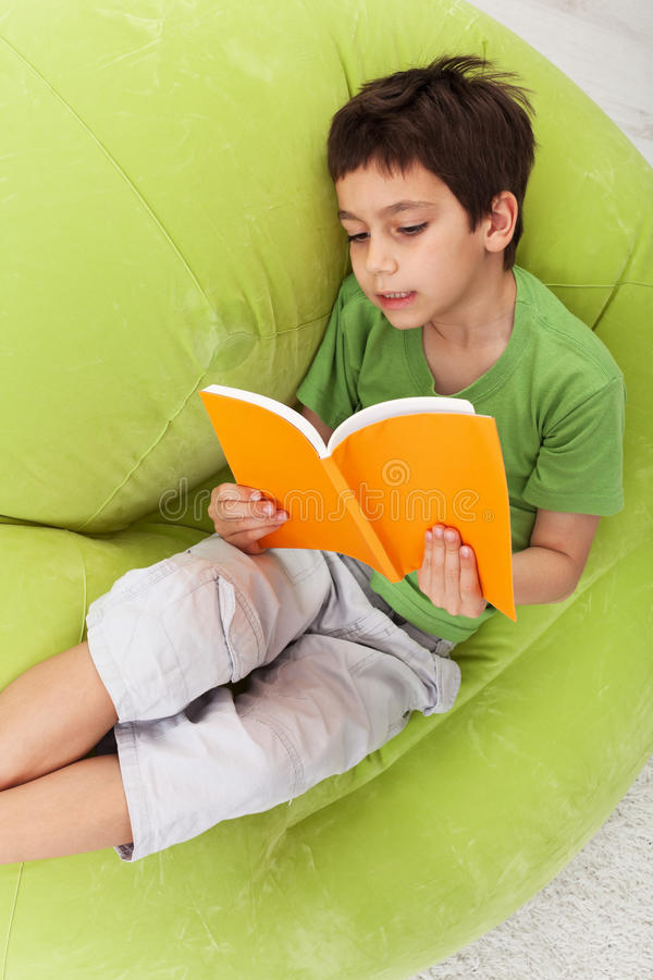 Leitura da prática do menino fotos de stock royalty free