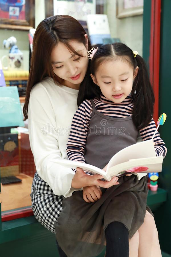 Leitura da prática da menina no mercado brilhantemente iluminado fotografia de stock royalty free