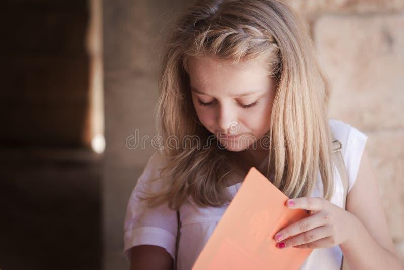 Leitura do estudante para o exame fotografia de stock