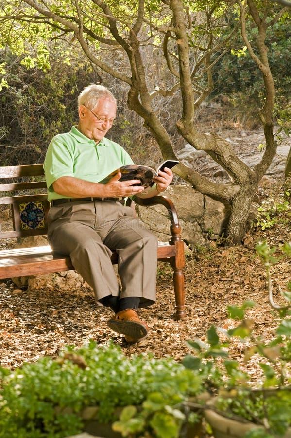 Leitura do homem sênior foto de stock