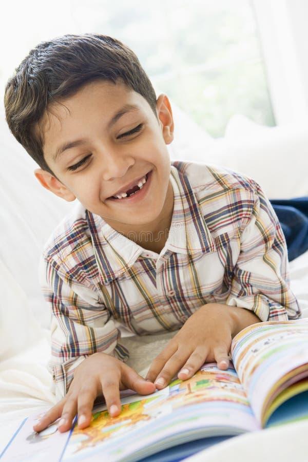 Leitura do Oriente Médio do menino imagem de stock royalty free