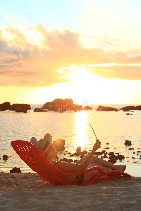 Leitura do por do sol fotos de stock royalty free