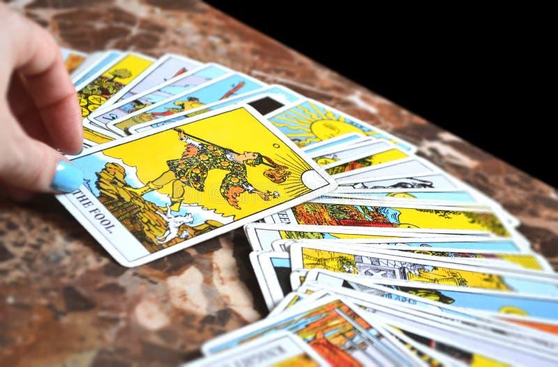 A leitura do tarô carda o cartão de tarô do tolo de Thee ilustração do vetor
