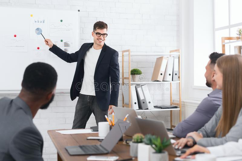 Leitura e treinamento no escritório para negócios para colegas imagens de stock
