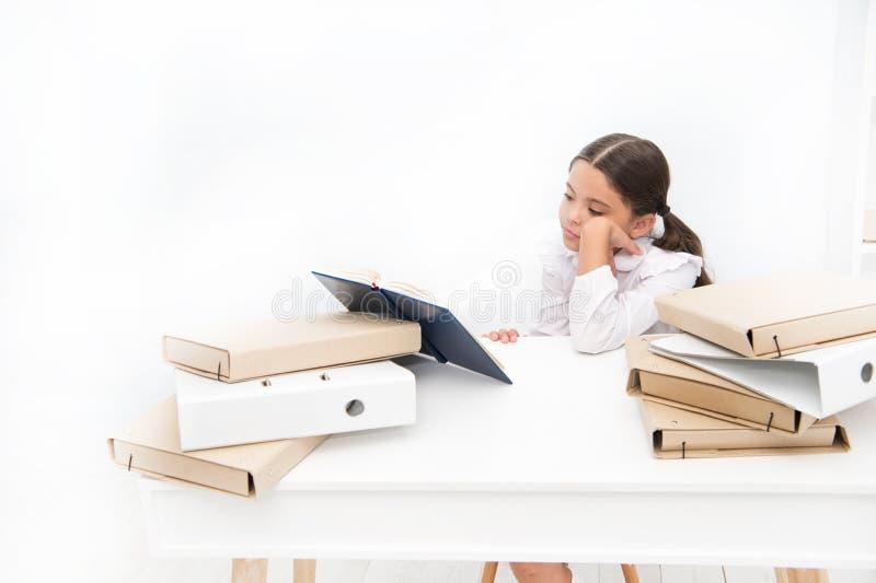 A leitura faz sua sensação furada Aluno adorável para desenvolver habilidades de leitura Livro de escola da leitura da estudante  imagem de stock royalty free