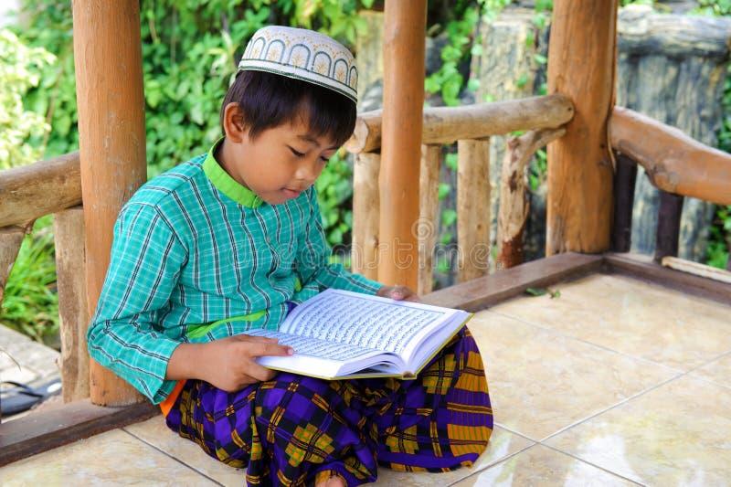 Leitura Koran da criança fotografia de stock royalty free
