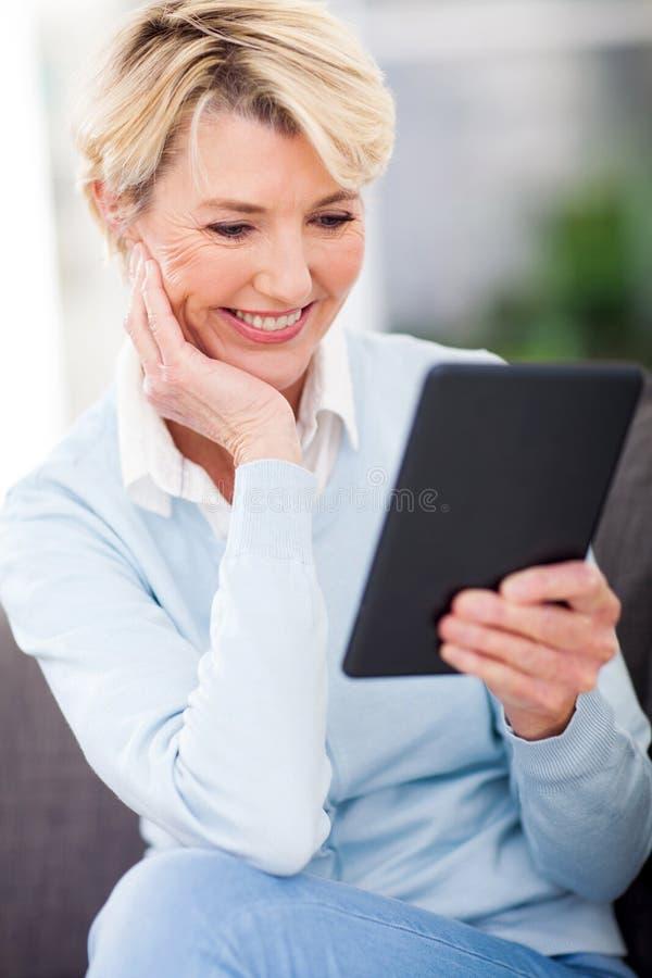 Leitura madura da mulher foto de stock royalty free