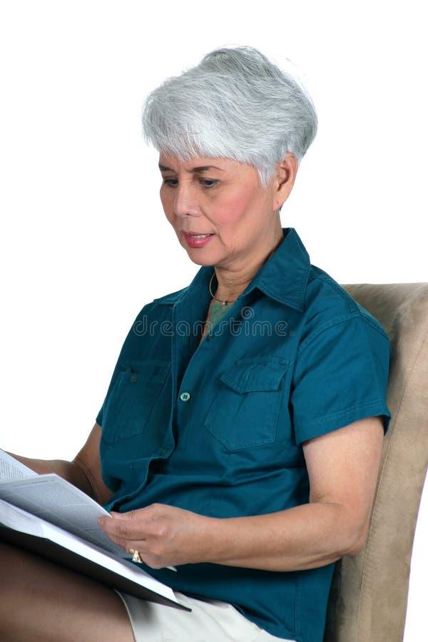Leitura madura da mulher fotografia de stock royalty free