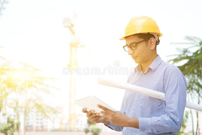 Leitura masculina do coordenador do contratante no PC da tabuleta fotos de stock