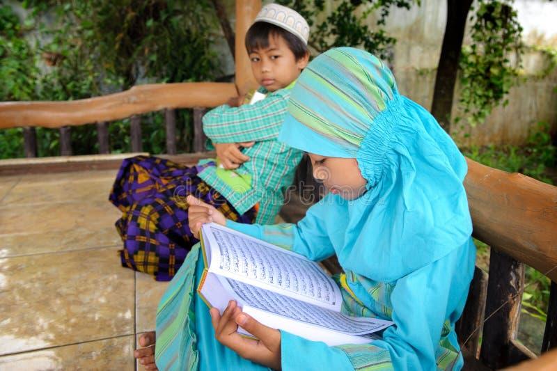 Leitura muçulmana Koran da criança, Indonésia fotografia de stock