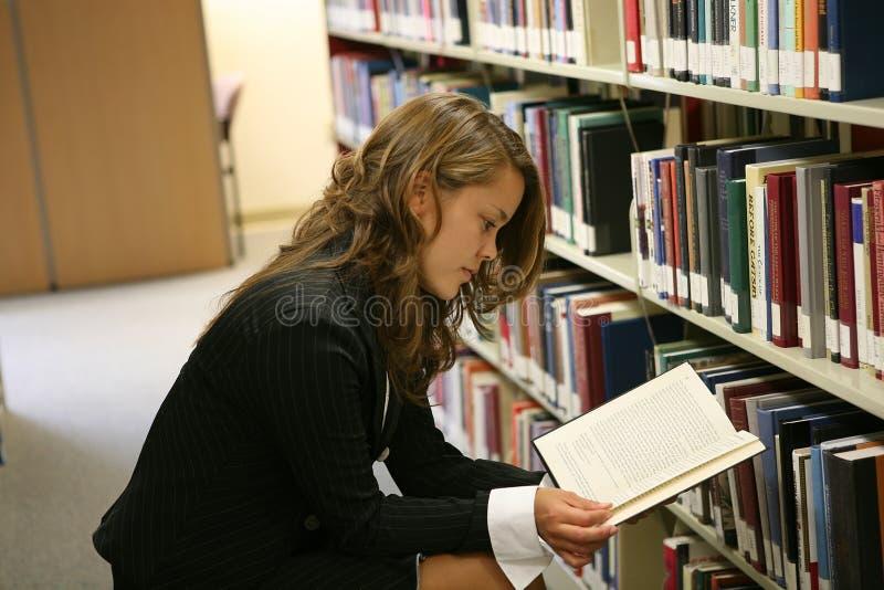 Leitura na biblioteca fotos de stock
