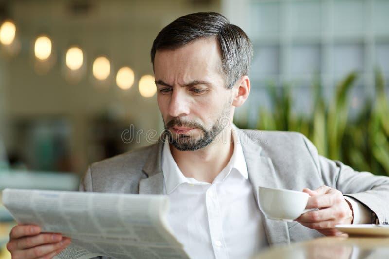 Leitura no café fotos de stock