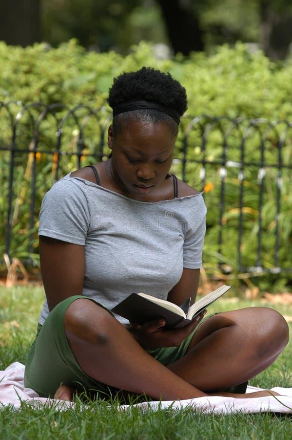 Leitura no parque fotos de stock