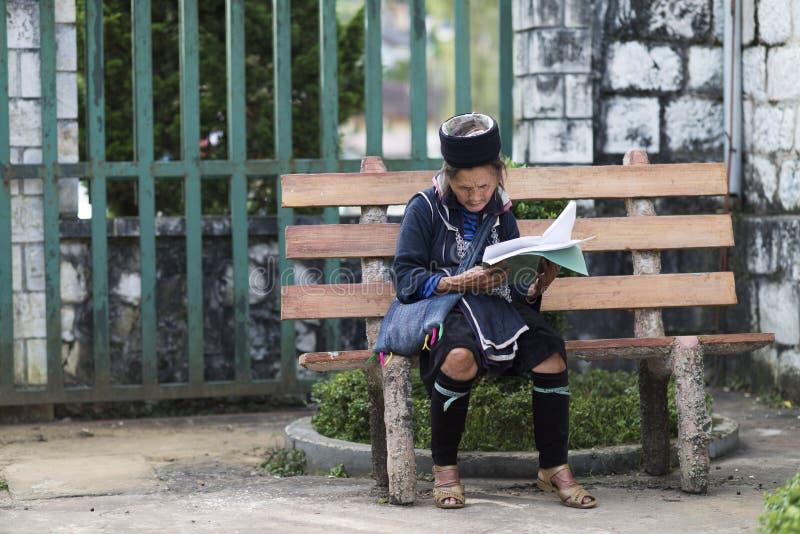 Leitura preta da mulher de Hmong em Bac Ha Market Grupo minoritário étnico de Sapa, Lao C do mong de H preto ' imagens de stock royalty free