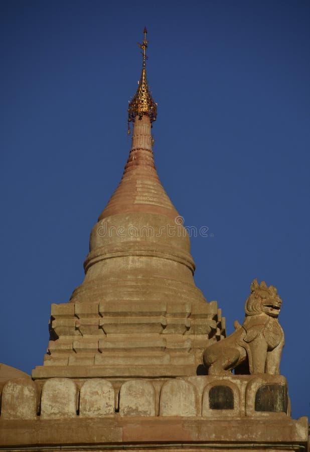 Lejon bevakar en buddistisk pagod royaltyfria bilder