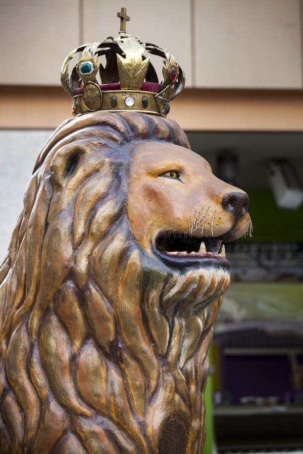 Lejon med konungkronan arkivfoto