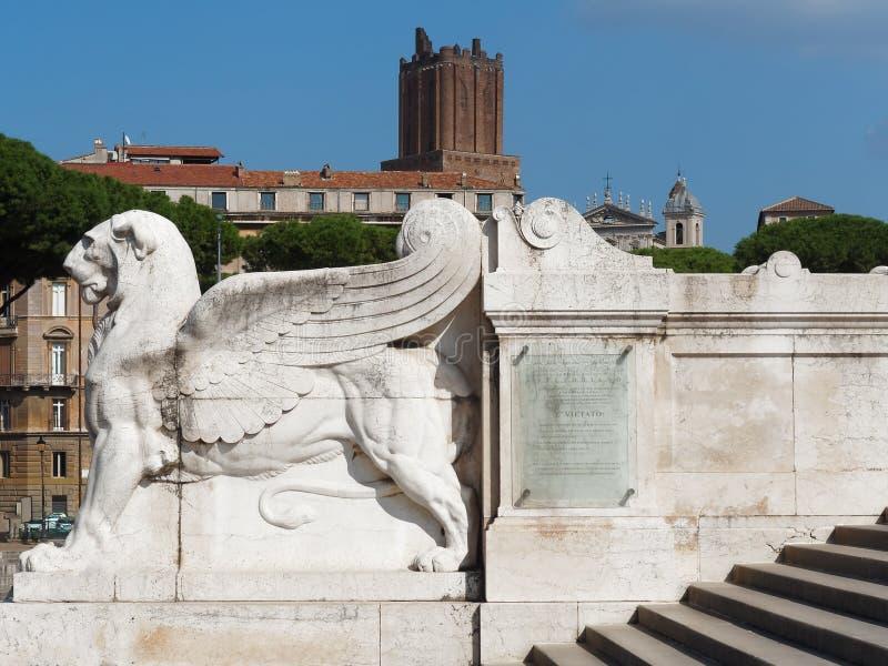 Lejon med vingstatyn på den historiska monumentet Rome Italien för fädernesland arkivfoton