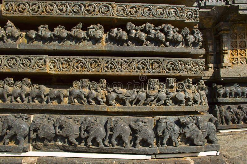 Lejon- och elefantfris Hoysaleswara tempel, Halebidu, Karnataka, Indien royaltyfria foton