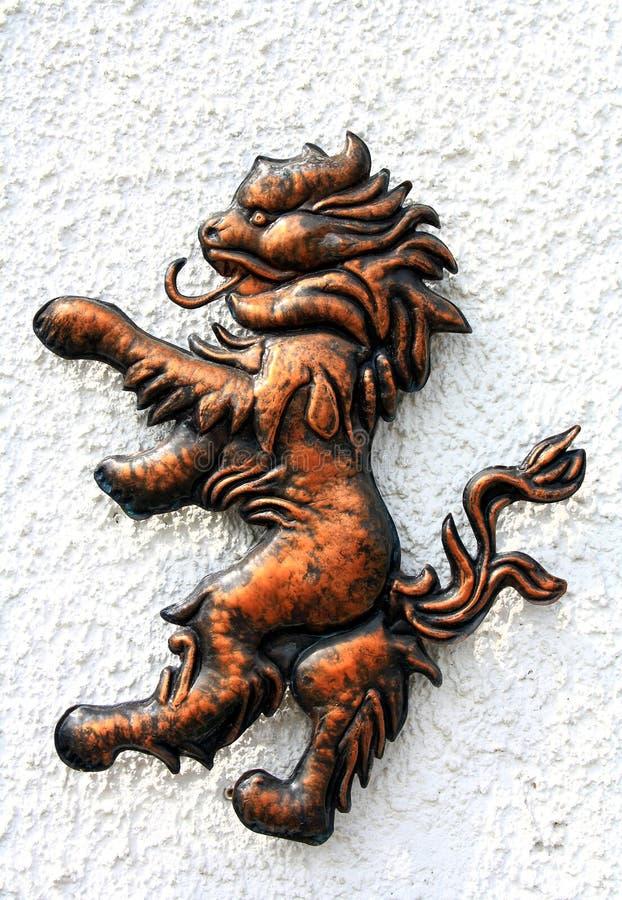 Lejonbronsdiagram på den vita väggen royaltyfria foton