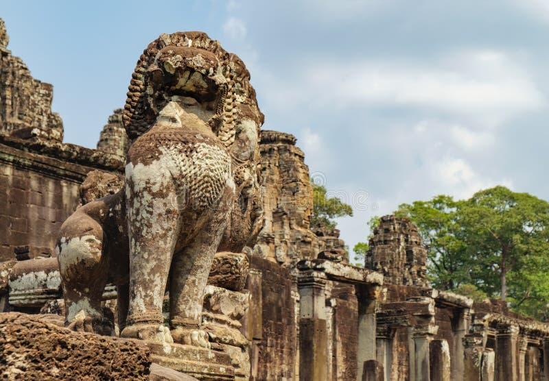 Lejonet bevakar Prasat Bayon i Angkor Thom, Cambodja royaltyfri foto