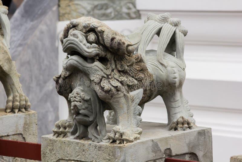 Lejonet för kinesisk stil sned stenen på sockeln arkivbild
