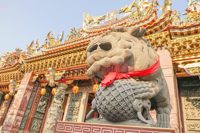 Lejonet marmorerar huvudet framme av en forntida arkitektur i kinesisk tempel royaltyfria foton