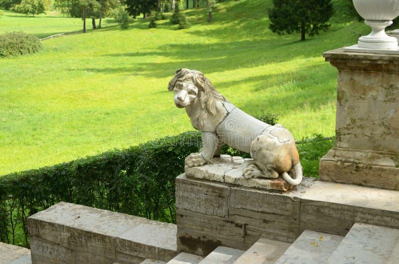 Download Lejonet sitter på trappan arkivfoto. Bild av lampa, park - 76704052