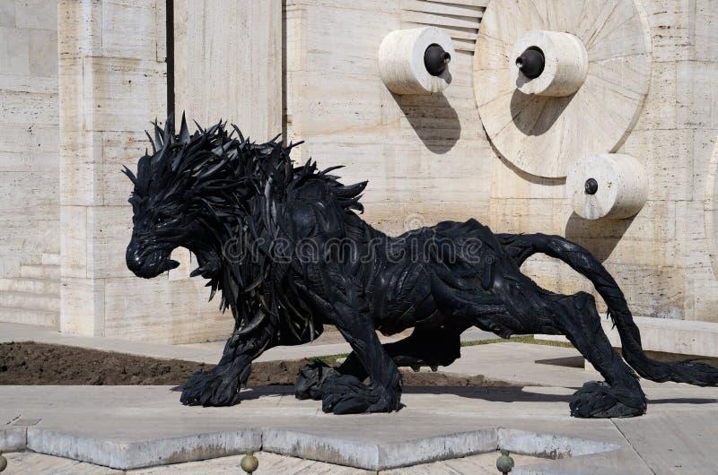 Lejonkonststaty som göras från gamla bildäck nära den Yerevan kaskaden, Armenien royaltyfria foton