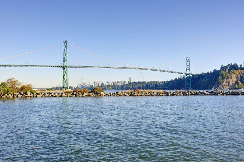 Lejonportbro från västra Vancouver, Kanada - med det Vancouver centret i bakgrunden och en brygga i förgrunden royaltyfri bild