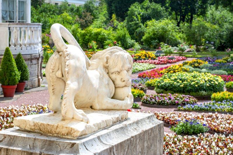 Lejonskulptur i privat trädgård av Pavlovsky parkerar, St Petersburg, Ryssland fotografering för bildbyråer