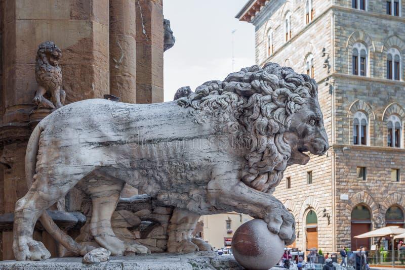 Lejonskulptur på loggiadeien Lanzi i Florence, Italien royaltyfri bild