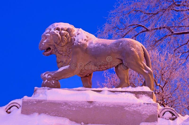 Lejonskulpturen på den Amiralitetet invallningen i Sain arkivbilder