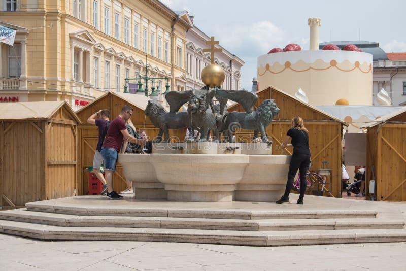 Lejonspringbrunn, Klaus fyrkant, Szeged, Ungern, Europa fotografering för bildbyråer