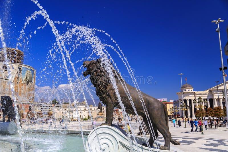 Lejonstaty av en springbrunn på den Macedonian fyrkanten arkivbild