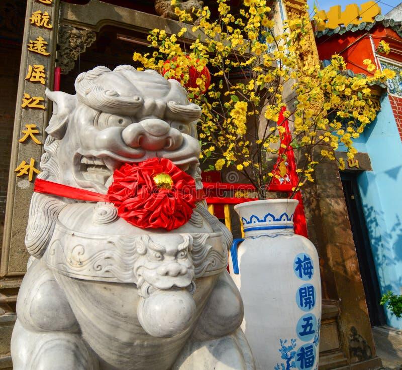 Lejonstaty framme av den kinesiska templet royaltyfria bilder