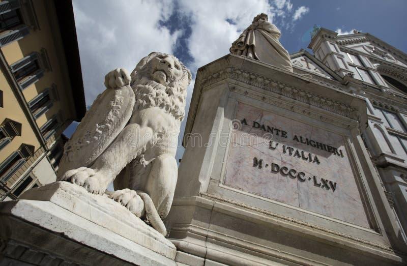 Lejonstaty och staty av Dante utanför basilikadina Santa Basilica av det heliga korset, Florence, Italien - 23rd Maj 2016 arkivfoto